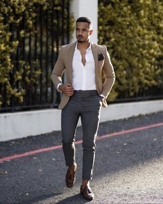 Comment porter des gants: Opte pour un blazer marron clair avec des gants pour une tenue idéale le week-end. Opte pour une paire de mocassins à pampilles en cuir marron pour afficher ton expertise vestimentaire.