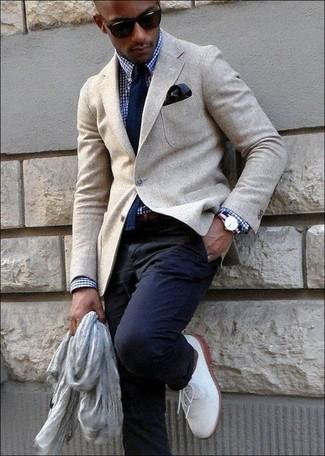 Comment porter: blazer en laine beige, chemise de ville en vichy bleu marine et blanc, pantalon chino bleu marine, chaussures derby en cuir blanches