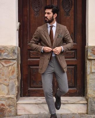Comment s'habiller au printemps: Pense à harmoniser un blazer en laine marron avec un pantalon chino gris pour achever un look habillé mais pas trop. Une paire de chaussures brogues en cuir marron foncé apportera une esthétique classique à l'ensemble. Ce look est une bonne inspiration pour cette saison.