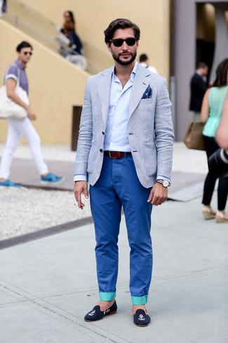 Comment porter une pochette de costume imprimée bleu marine et blanc: Pour une tenue aussi confortable que ton canapé, marie un blazer à carreaux gris avec une pochette de costume imprimée bleu marine et blanc. Choisis une paire de slippers en velours brodés bleu marine pour afficher ton expertise vestimentaire.