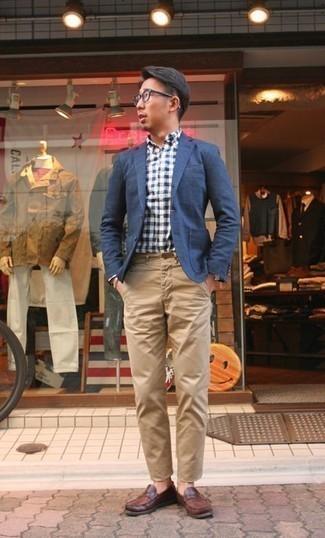 Comment porter un bracelet argenté: Pour une tenue aussi confortable que ton canapé, harmonise un blazer bleu marine avec un bracelet argenté. Une paire de slippers en cuir marron est une façon simple d'améliorer ton look.