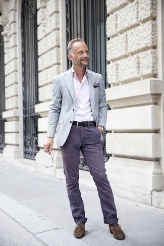 Comment s'habiller après 40 ans: Pense à associer un blazer gris avec un pantalon chino violet pour prendre un verre après le travail. Une paire de chaussures derby en daim marron foncé rendra élégant même le plus décontracté des looks.