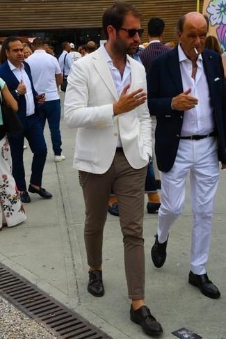 Comment porter un pantalon chino marron: Pense à marier un blazer blanc avec un pantalon chino marron pour créer un look chic et décontracté. Choisis une paire de double monks en cuir marron foncé pour afficher ton expertise vestimentaire.