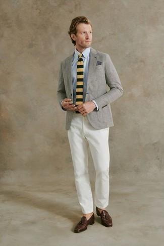 Comment porter une chemise de ville bleu clair: Essaie d'harmoniser une chemise de ville bleu clair avec un pantalon chino blanc pour aller au bureau. Une paire de mocassins à pampilles en cuir marron foncé est une façon simple d'améliorer ton look.