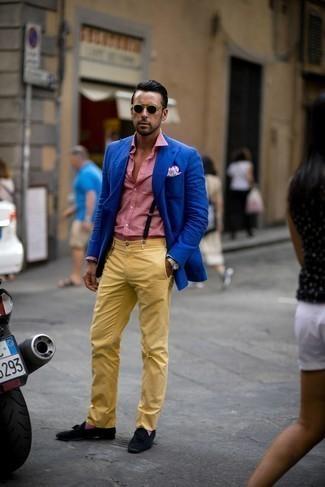 Comment porter des chaussettes pourpres: Harmonise un blazer bleu avec des chaussettes pourpres pour une tenue idéale le week-end. Jouez la carte classique pour les chaussures et termine ce look avec une paire de mocassins à pampilles en daim noirs.