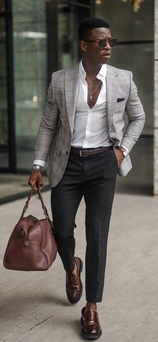 Comment porter une pochette de costume noire: Pour une tenue aussi confortable que ton canapé, essaie d'associer un blazer écossais gris avec une pochette de costume noire. D'une humeur audacieuse? Complète ta tenue avec une paire de slippers en cuir marron foncé.