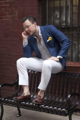Comment porter une pochette de costume blanche: Harmonise un blazer bleu marine avec une pochette de costume blanche pour une tenue idéale le week-end. Jouez la carte classique pour les chaussures et choisis une paire de slippers en cuir marron foncé.