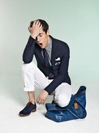 Comment porter une pochette de costume blanche: Garde une tenue relax avec un blazer brodé bleu marine et une pochette de costume blanche. Jouez la carte classique pour les chaussures et choisis une paire de chaussures derby en daim bleu marine.