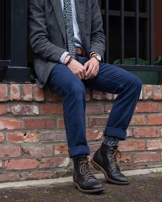 Comment porter des chaussettes bleu marine: Pense à porter un blazer en laine gris foncé et des chaussettes bleu marine pour une tenue idéale le week-end. Ajoute une paire de bottes de loisirs en cuir noires à ton look pour une amélioration instantanée de ton style.