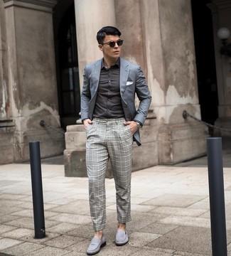 Tendances mode hommes: Marie un blazer gris avec un pantalon chino à carreaux gris pour achever un look habillé mais pas trop. Une paire de slippers en daim gris rendra élégant même le plus décontracté des looks.