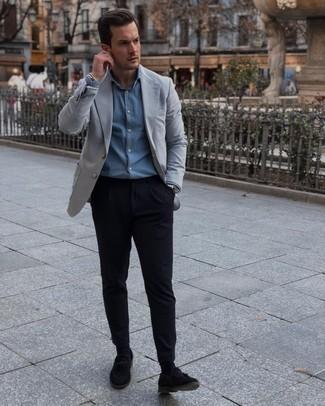 Comment porter une chemise de ville en chambray bleu clair: Associe une chemise de ville en chambray bleu clair avec un pantalon chino noir pour achever un look habillé mais pas trop. Ajoute une paire de mocassins à pampilles en daim noirs à ton look pour une amélioration instantanée de ton style.