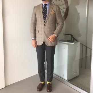 Comment porter un bracelet marron foncé: Associe un blazer écossais marron avec un bracelet marron foncé pour une tenue idéale le week-end. Jouez la carte classique pour les chaussures et termine ce look avec une paire de slippers en cuir marron foncé.