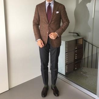 Comment porter une cravate imprimée bordeaux: Essaie d'harmoniser un blazer marron avec une cravate imprimée bordeaux pour un look pointu et élégant. Une paire de slippers en cuir marron foncé est une option astucieux pour complèter cette tenue.