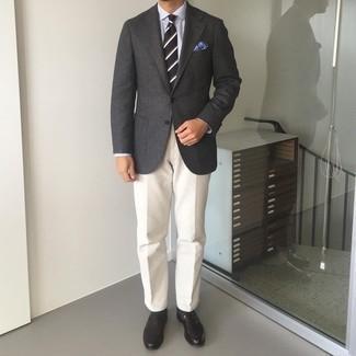 Comment porter des slippers en cuir marron foncé: Essaie d'associer un blazer en laine gris foncé avec un pantalon chino blanc pour un look idéal au travail. Complète cet ensemble avec une paire de slippers en cuir marron foncé pour afficher ton expertise vestimentaire.