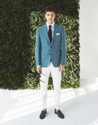 Comment porter: blazer bleu canard, chemise de ville blanche, pantalon chino blanc, slippers en daim bleu marine