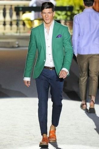 Comment porter: blazer vert, chemise de ville blanche, pantalon de costume bleu marine, sandales en cuir orange