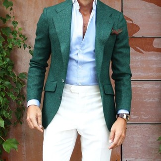 Comment porter: blazer vert foncé, chemise de ville bleu clair, pantalon de costume beige, pochette de costume à fleurs vert foncé
