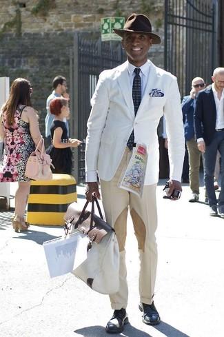 Comment porter: blazer blanc, chemise de ville blanche, pantalon de costume beige, chaussures derby en cuir bleu marine