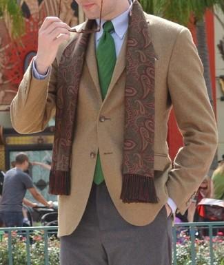 Comment porter: blazer en laine marron clair, chemise de ville bleu clair, pantalon de costume en laine gris, cravate verte