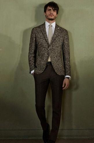 Comment porter: blazer en laine marron foncé, chemise de ville blanche, pantalon de costume en laine marron foncé, cravate beige