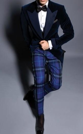 Comment porter: blazer en velours bleu marine, chemise de ville blanche, pantalon de costume écossais bleu, slippers en cuir noirs