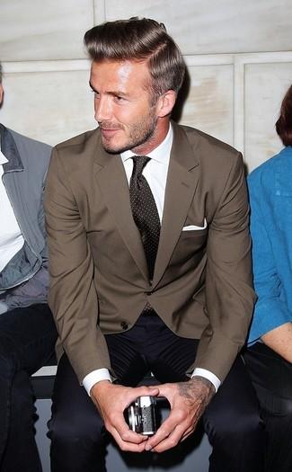 Comment porter: blazer marron, chemise de ville blanche, pantalon de costume bleu marine, cravate á pois marron foncé