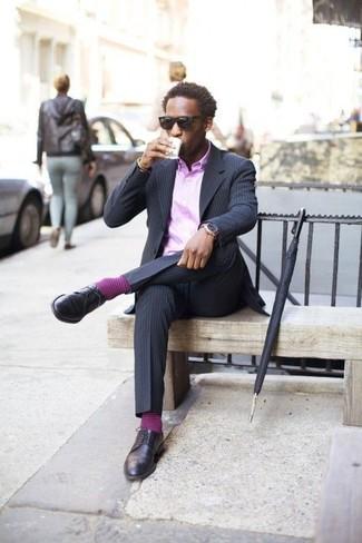 Comment porter: blazer à rayures verticales bleu marine, chemise de ville violet clair, pantalon de costume à rayures verticales bleu marine, chaussures derby en cuir bleu marine
