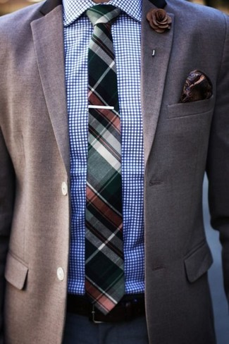 Comment porter: blazer marron, chemise de ville à carreaux blanc et bleu, pantalon de costume bleu marine, cravate écossaise vert foncé