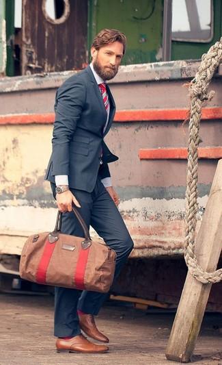 Comment porter: blazer bleu marine, chemise de ville blanche, pantalon de costume bleu marine, chaussures richelieu en cuir marron clair