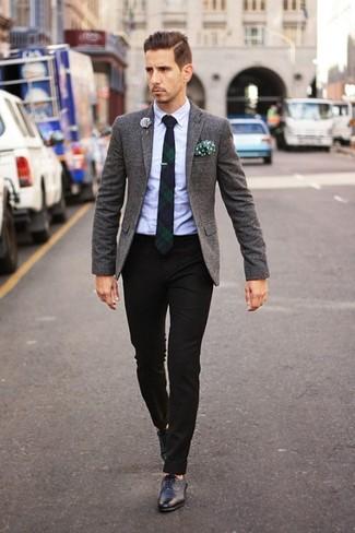 Comment porter: blazer en laine gris foncé, chemise de ville bleu clair, pantalon de costume noir, chaussures brogues en cuir noires