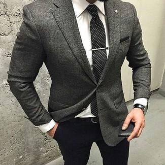 Comment porter: blazer en laine écossais gris foncé, chemise de ville blanche, pantalon de costume noir, cravate á pois noire et blanche