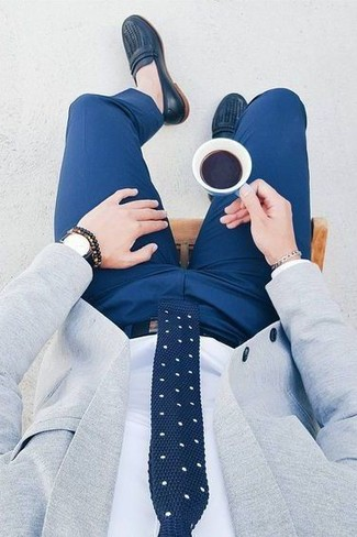 Comment porter des slippers en cuir bleu marine: Marie un blazer gris avec un pantalon de costume bleu pour une silhouette classique et raffinée. Complète ce look avec une paire de des slippers en cuir bleu marine.