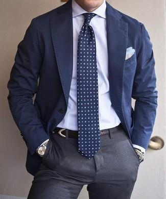 Comment porter: blazer en coton bleu marine, chemise de ville blanche, pantalon de costume gris, cravate á pois bleu marine