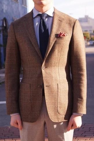Comment porter: blazer écossais marron, chemise de ville violet clair, pantalon de costume en laine gris, cravate en tricot bleu marine