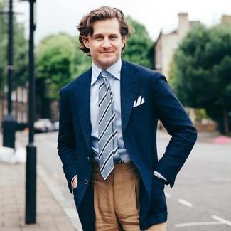 Comment porter une cravate à rayures verticales bleu clair en été: Associe un blazer bleu marine avec une cravate à rayures verticales bleu clair pour dégager classe et sophistication. C'est un look idéal pour être fin prête pour cet été.