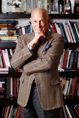 Comment porter: blazer à carreaux marron, chemise de ville violet clair, pantalon de costume en laine gris foncé, cravate imprimée rouge