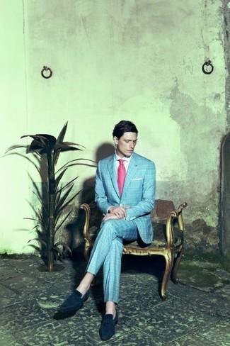 Comment porter: blazer écossais bleu clair, chemise de ville blanche, pantalon de costume écossais bleu clair, slippers en daim bleu marine