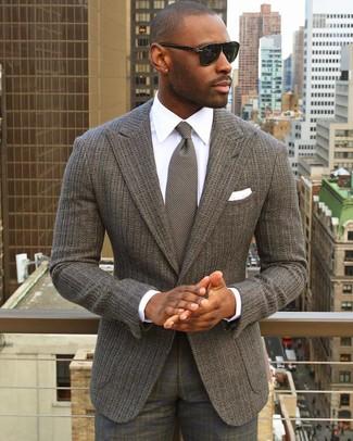 Comment porter: blazer en tricot gris, chemise de ville blanche, pantalon de costume écossais gris, cravate en tricot grise