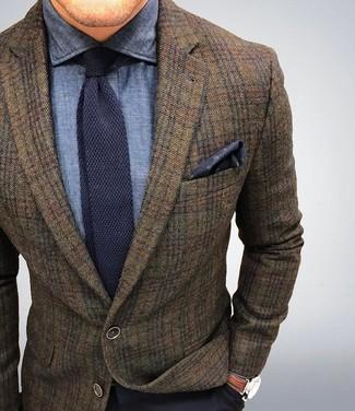 Tenue: Blazer en laine écossais marron, Chemise de ville en chambray bleu marine, Pantalon de costume bleu marine, Cravate en tricot bleu marine