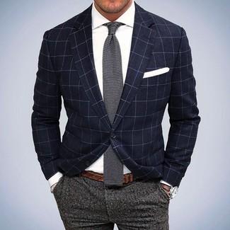 Tenue: Blazer à carreaux bleu marine, Chemise de ville blanche, Pantalon de costume en laine gris, Cravate en tricot grise