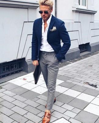 Comment porter: blazer bleu marine, chemise de ville blanche, pantalon de costume gris, double monks en cuir tabac