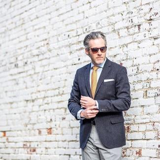 Comment porter: blazer à rayures verticales bleu marine, chemise de ville bleu clair, pantalon de costume gris, cravate imprimée orange