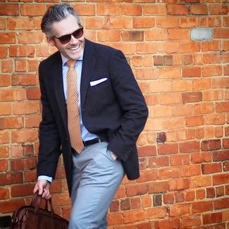 Comment porter: blazer à rayures verticales bleu marine, chemise de ville bleu clair, pantalon de costume bleu clair, besace en cuir marron foncé