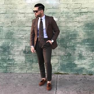 Comment porter: blazer à carreaux marron, chemise de ville blanche, pantalon de costume marron foncé, mocassins à pampilles en daim marron