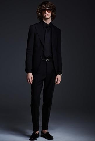 Comment porter: blazer noir, chemise de ville noire, pantalon de costume noir, slippers en cuir noirs
