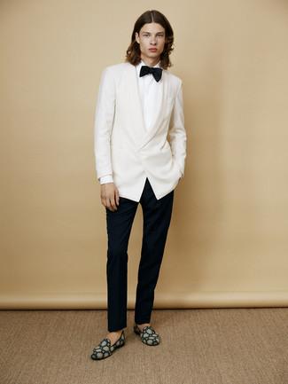 Comment porter: blazer blanc, chemise de ville blanche, pantalon de costume noir, slippers en daim bleu canard