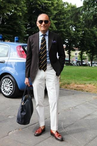 Comment porter: blazer noir, chemise de ville bleu clair, pantalon de costume blanc, mocassins à pampilles en cuir rouges
