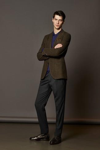 Comment porter: blazer en laine à carreaux marron, chemise de ville violette, pantalon de costume gris foncé, bottes habillées en cuir marron foncé
