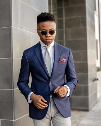Comment porter: blazer bleu marine, chemise de ville blanche, pantalon de costume gris, cravate grise