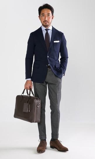 Comment porter: blazer bleu marine, chemise de ville bleu clair, pantalon de costume gris, chaussures richelieu en daim marron